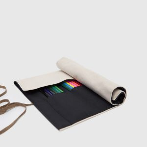 estuche enrollable de color negro y crudo
