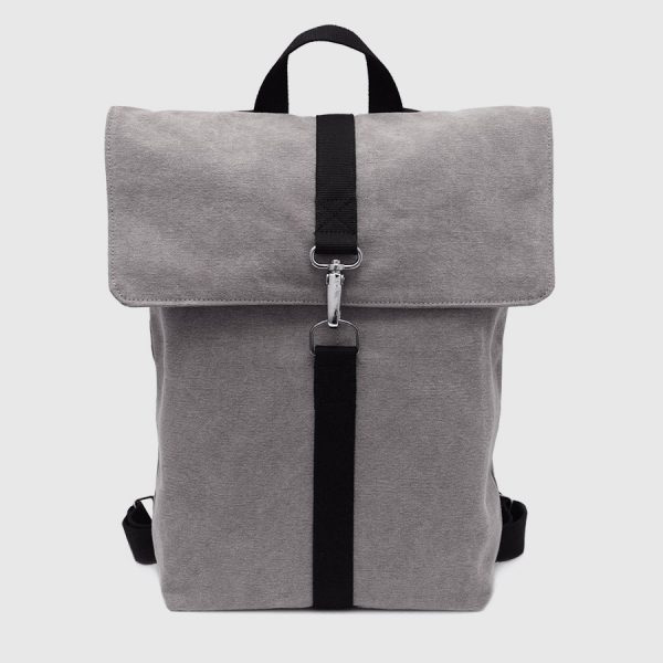 mochila con solapa gris