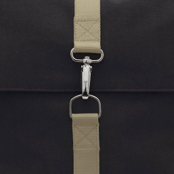 mochila negra y marrón con mosquetón