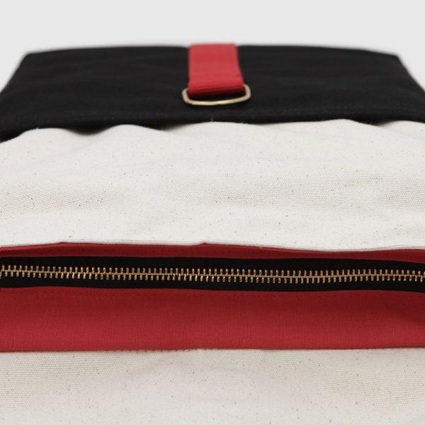 © Botó de Cotó mochila con solpa negra y blanca con correas rojas