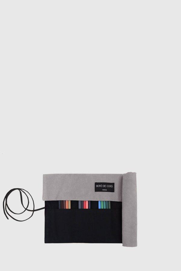 Estuche enrollable vegano de color gris hecho en España