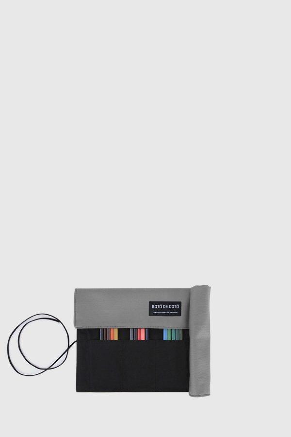 Estuche enrollable vegano de color gris claro hecho en España