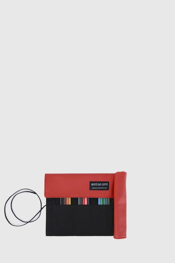 Estuche enrollable vegano de color rojo hecho en España