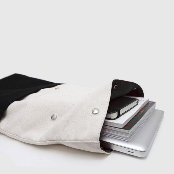 mochila enrollable negra y cruda