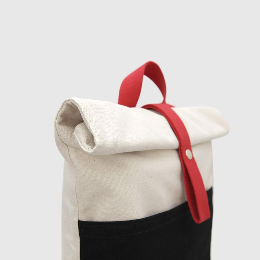 © Botó de Cotó mochila negra y blanca con correas rojas