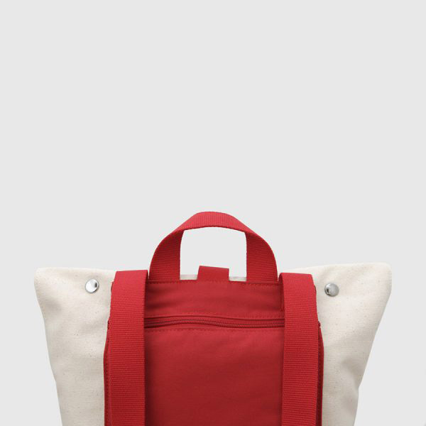 mochila enrollable negra y rojaNomada_tires_roges_6-600×600