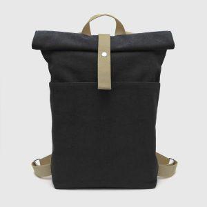 mochila enrollable marrón y negra