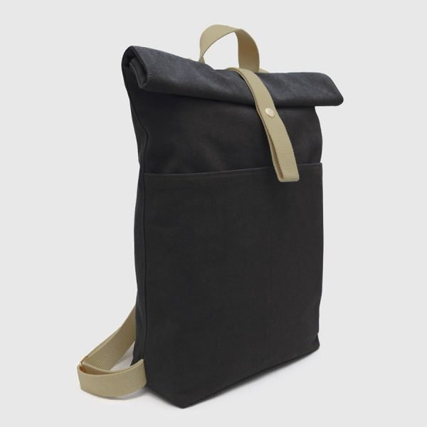 mochila enrollable negra y marrón