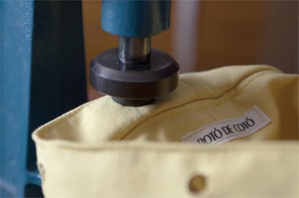poner ollaos de forma artesanal a mochila handmade