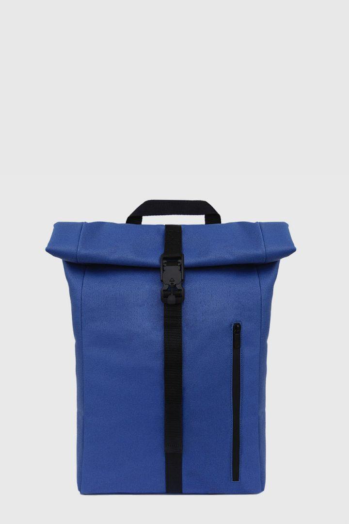 Mochila enrollable impermeable estilo urbano color azul hecho en España