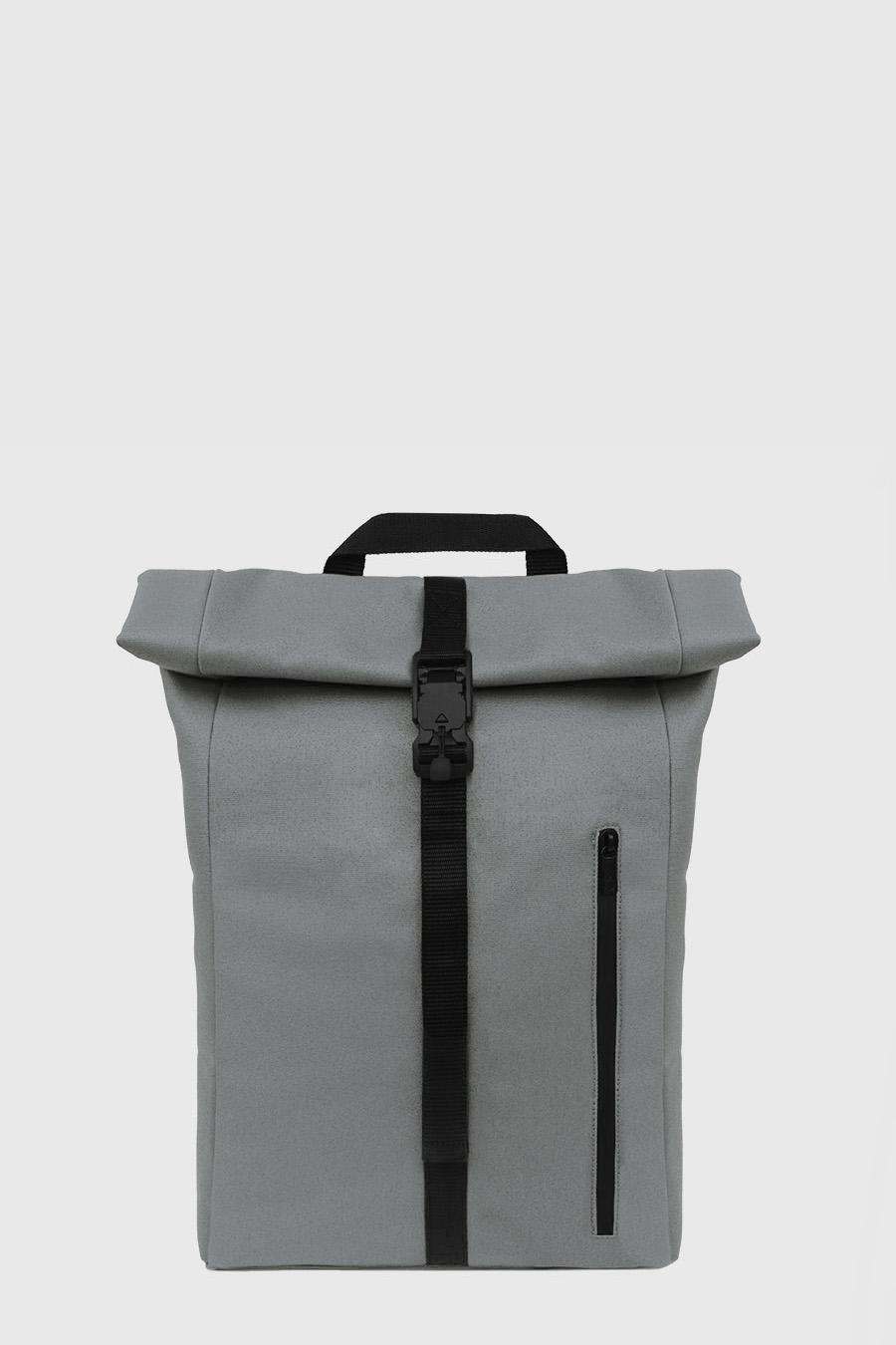Mochila enrollable impermeable estilo urbano color gris claro hecho en España