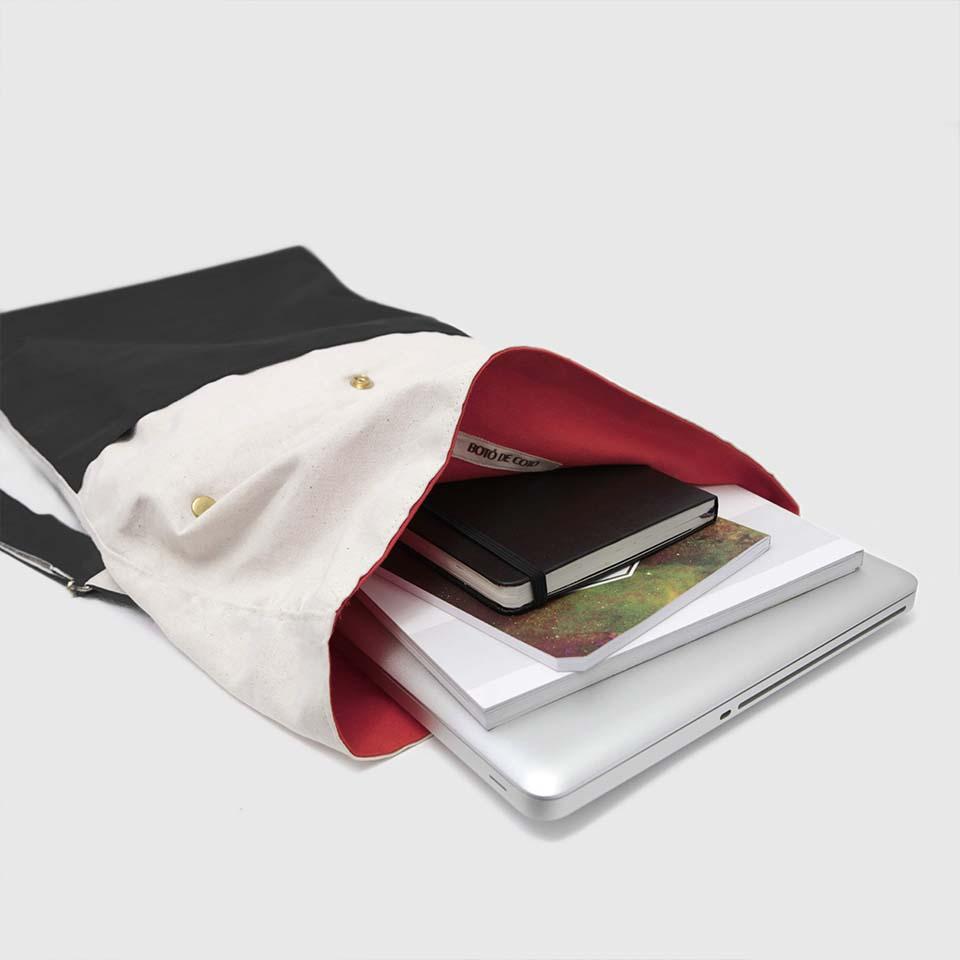 mochila enrollable en color crudo y negro