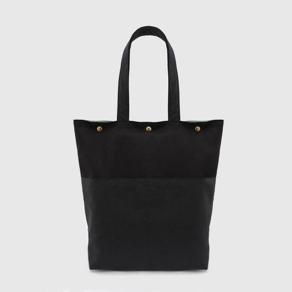 bolso tote de color negro con bolsillos