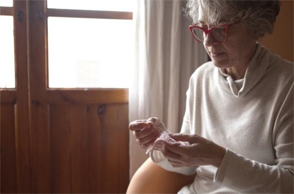 Pepa tejiendo ganchillo en el taller de boto de coto