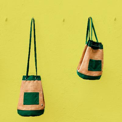 cuatro mochilas en una