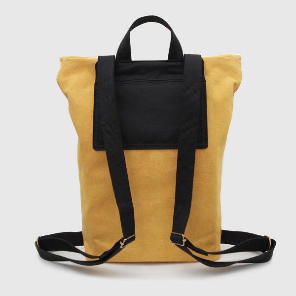 mochila mostaza y negra rectangular