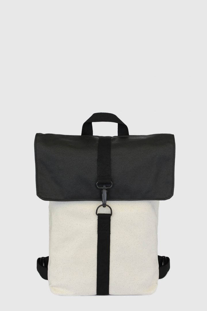Mochila impermeable urbana color negro y beige made in Spain