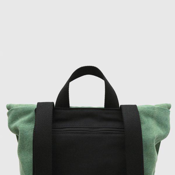 mochila con solapa de lona verde