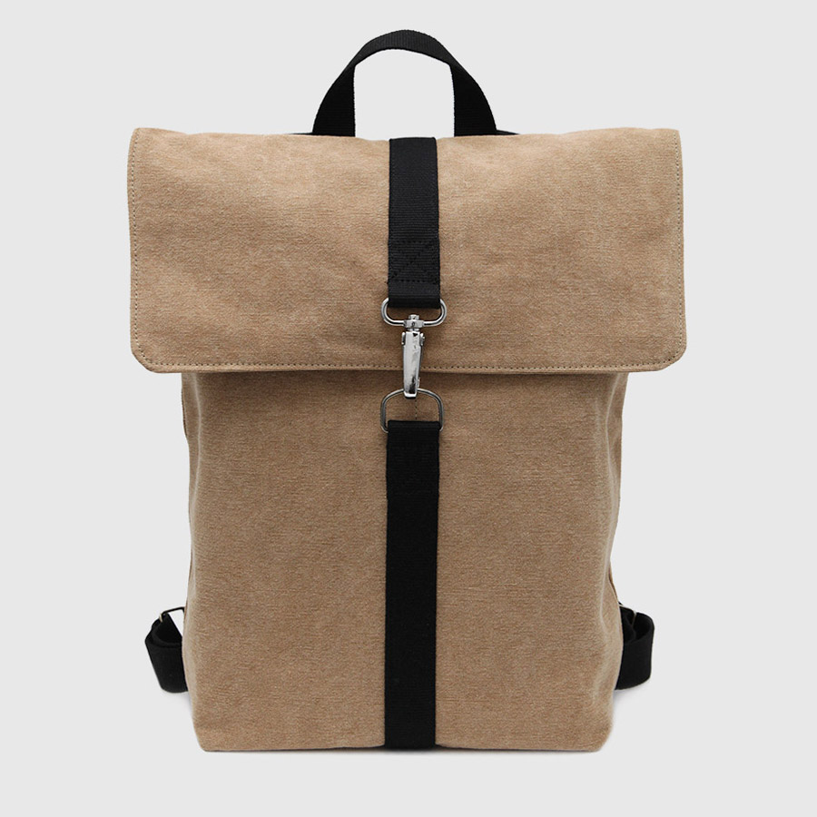 mochila con solapa color camel