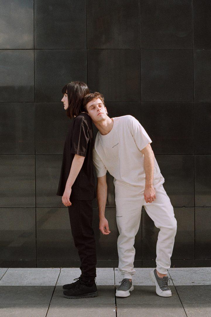 Camiseta unisex de algodon organico color negro y color crudo de la colección de ropa de Boto de Coto