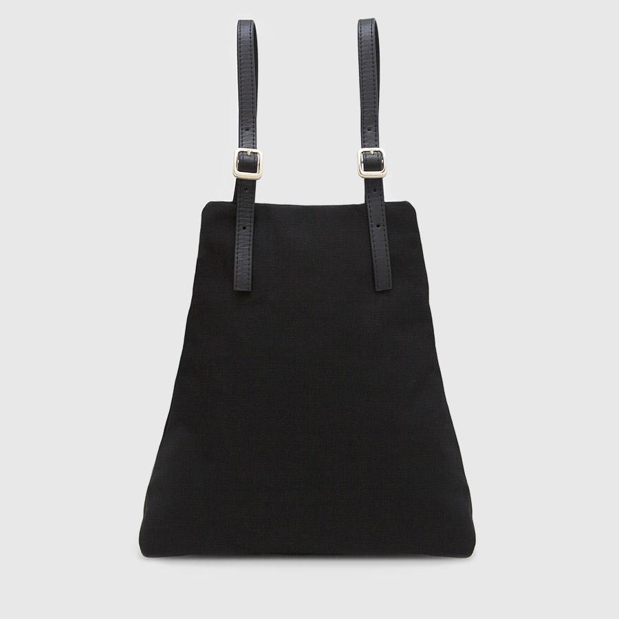 mochila de lona negra y cuero