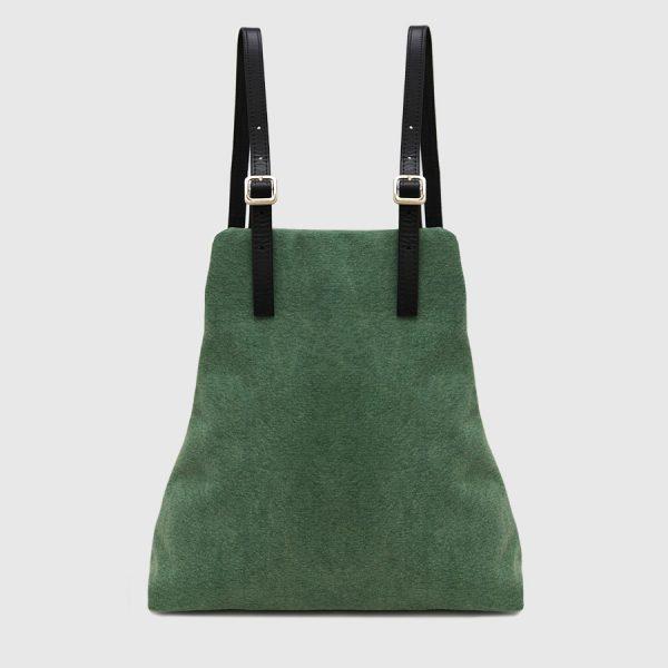 mochila de lona verde y cuero negro