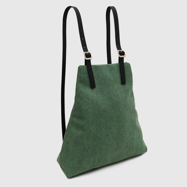 mochila de cuero negro y lona verde