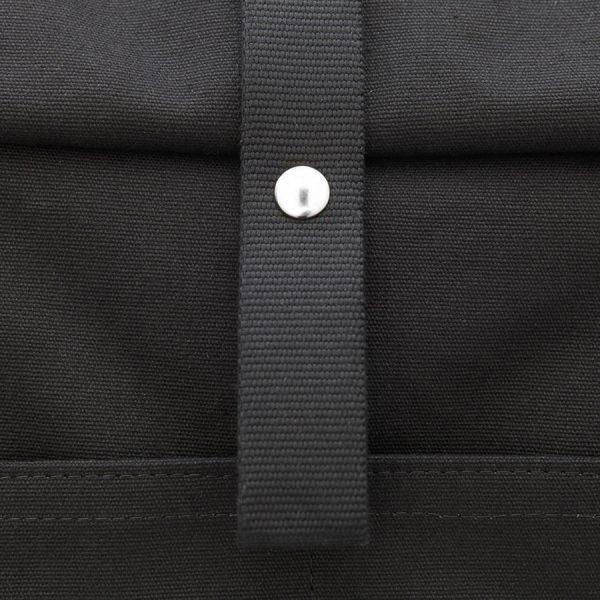 mochila roll-top negra