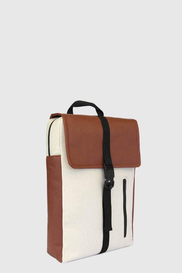 Mochila impermeable estilo urbano color marron y crudo made in Spain