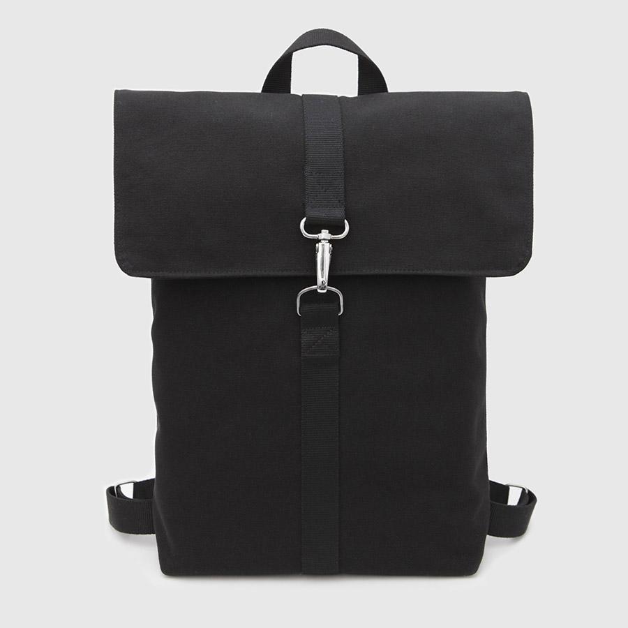 mochila con solapa negra