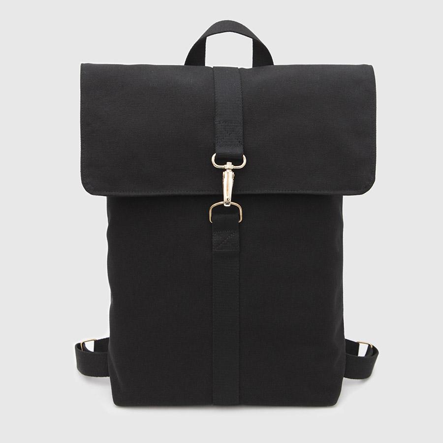 mochila vegana negra con solapa