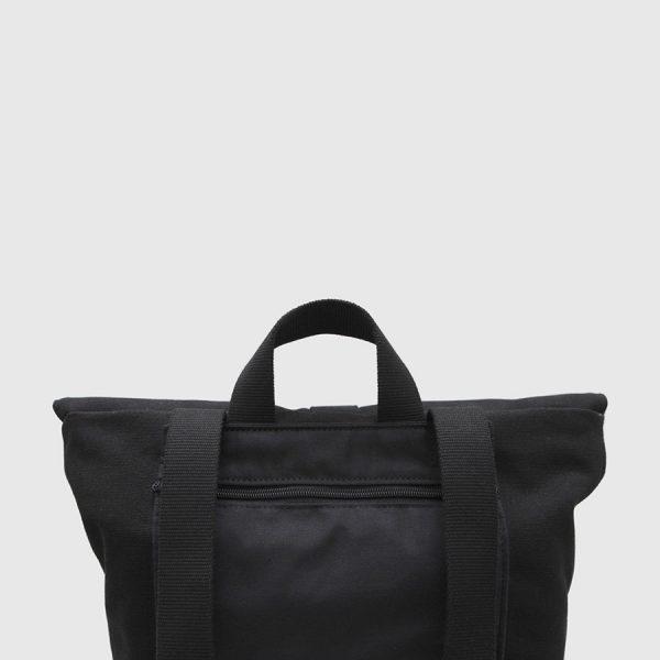 mochila con solpana de lona negra