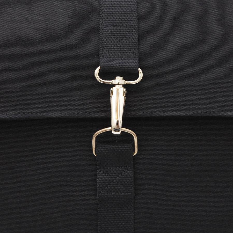 mochila negra con solapa